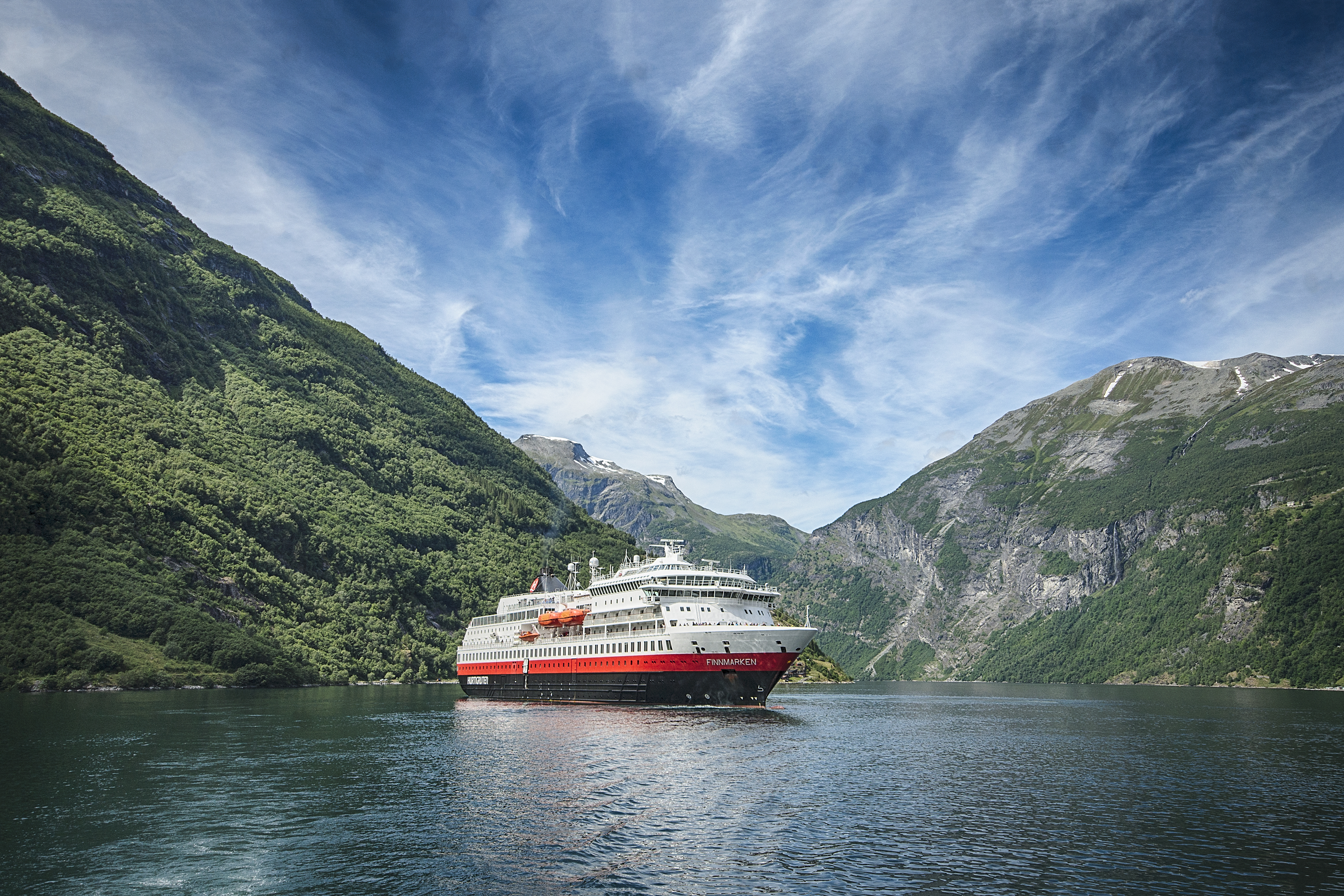 Hurtigruten Finnmarken) - photo credit Hurtigruten _ Agurtxane Concellon